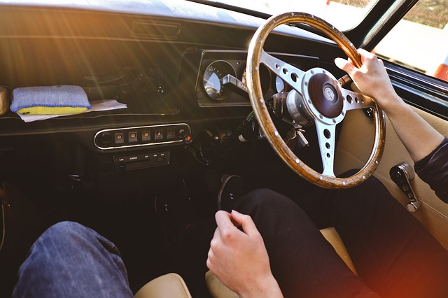 家族の車を運転して事故を起こしたら自分の保険が使える?
