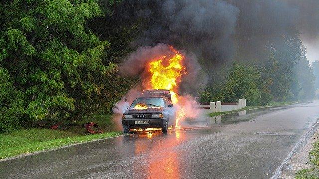 タイヤ・バースト・原因・前兆・修理・交換・空気圧・事故・保険・ホイール・jaf・ロードサービス