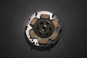 クラッチ・プレッシャプレート・役割・損傷・過度の振れ・ひずみ・修理・交換