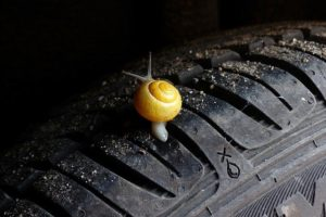 車のタイヤをパンクさせる方法