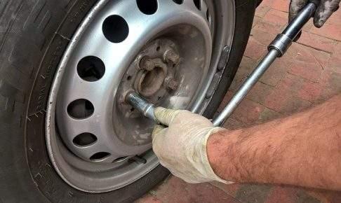 タイヤ交換・ハンドル取られる