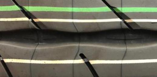 新品タイヤ・タイヤ・赤・緑・線・マーク・色
